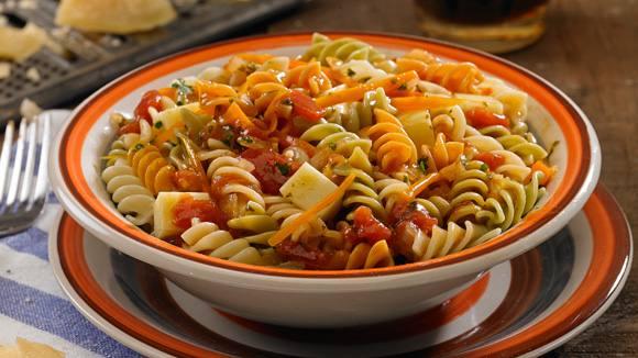 Tirabuzones tricolor gratinados con tomate, salsa Arrabiata y queso.