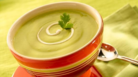 Sopa de Aguacate con Crema de Chipotle
