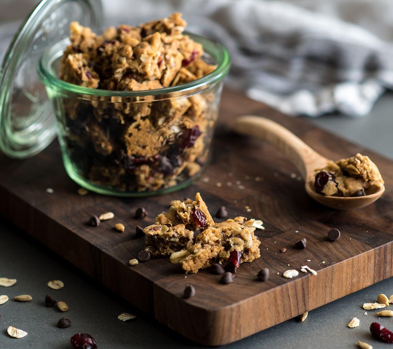 Granola à l'avoine, canneberges et au chocolat noir avec la pâte à biscuits aux possibilités infinies Becel