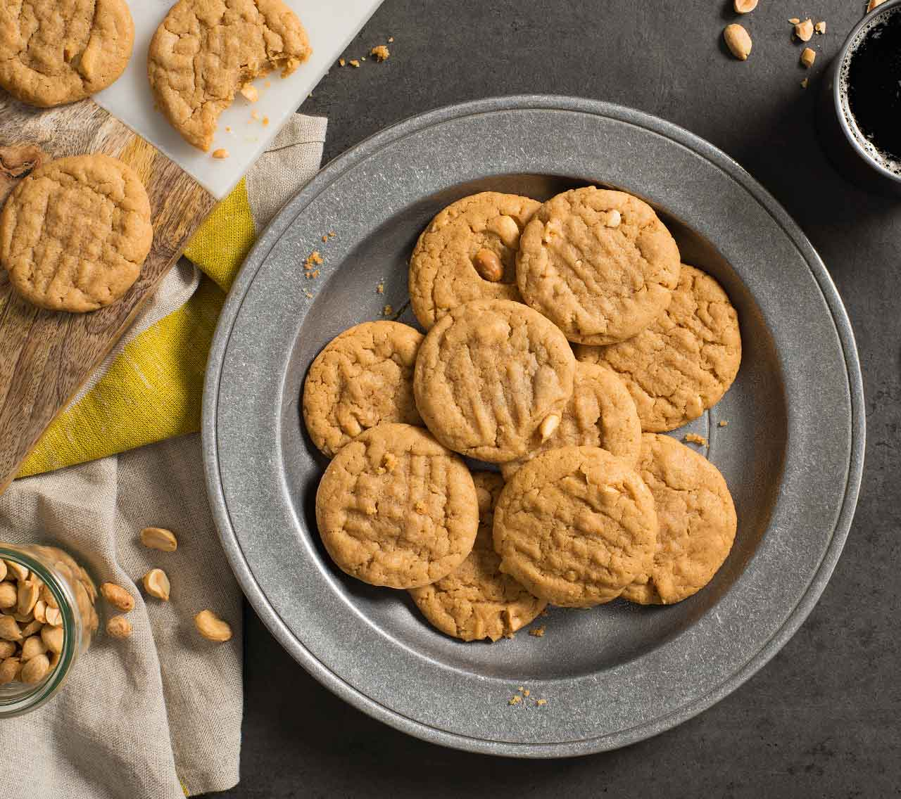 biscuits au beurre d'arachide avec la pâte à biscuits aux