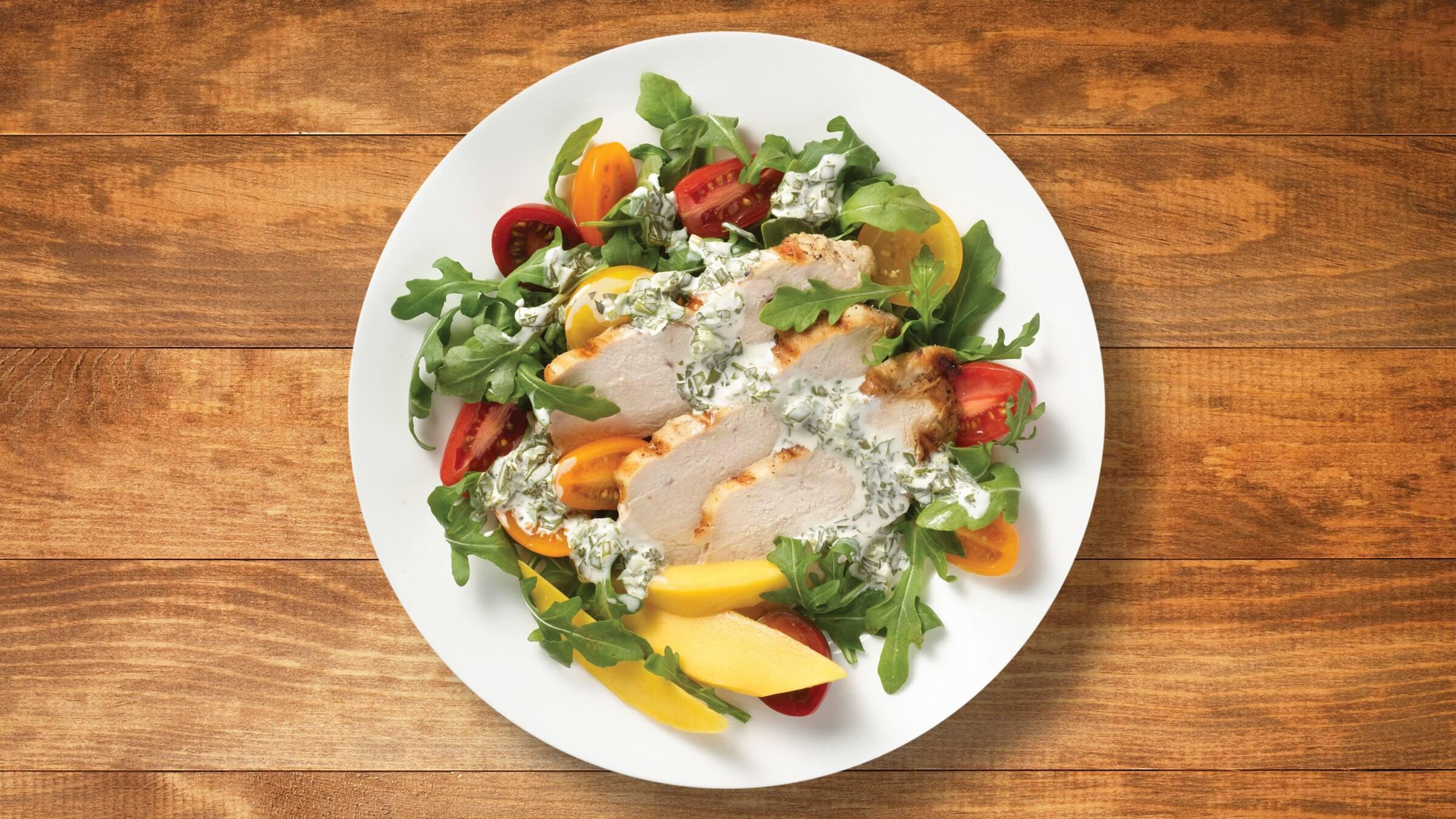 Ensalada de pollo a la parrilla con aderezo de aguacate y limón verde