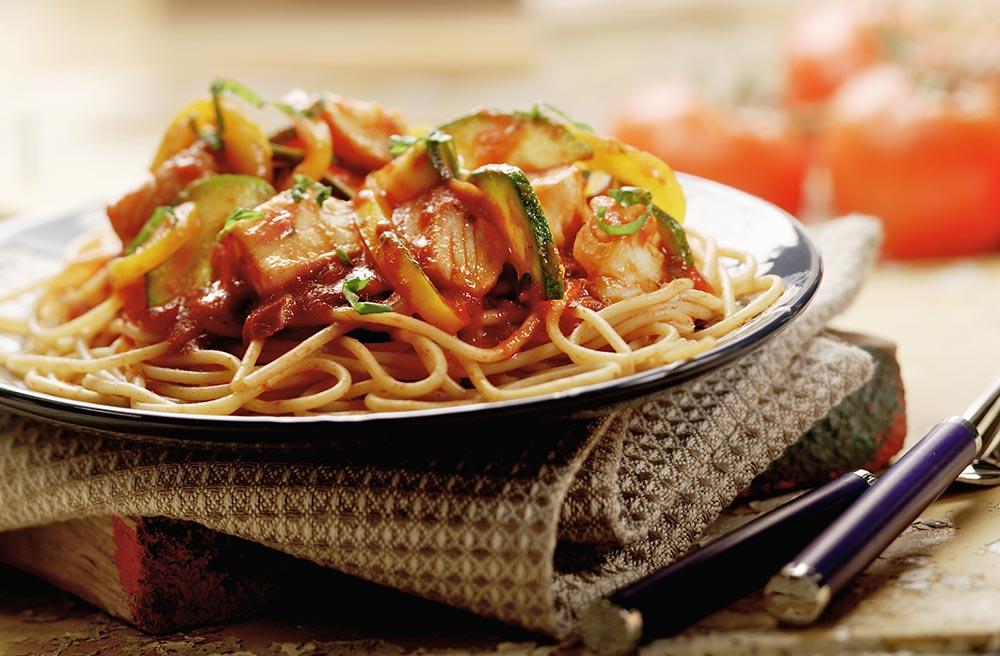 Spaghetti met witvis, courgette en gele paprika