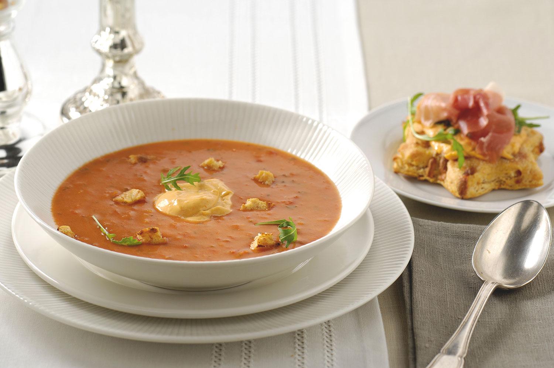 Tomatensoep Calabresa met pesto en crostini met Parmaham