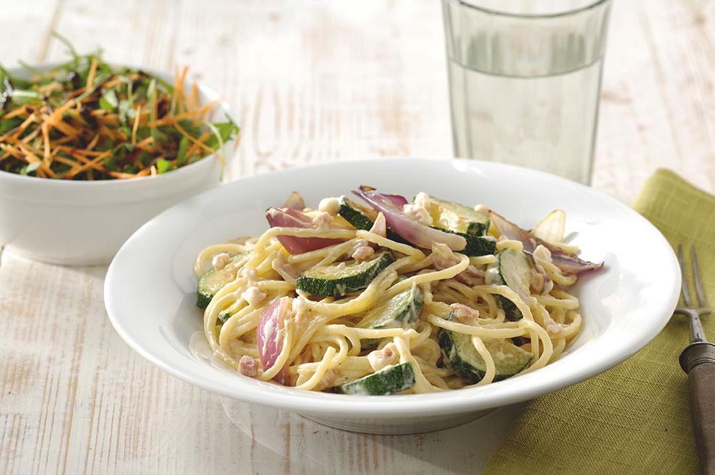 Spaghetti carbonara met rode ui en courgette