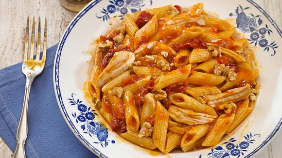Mostacholes con salsa Pomarola al Mediterráneo y nueces
