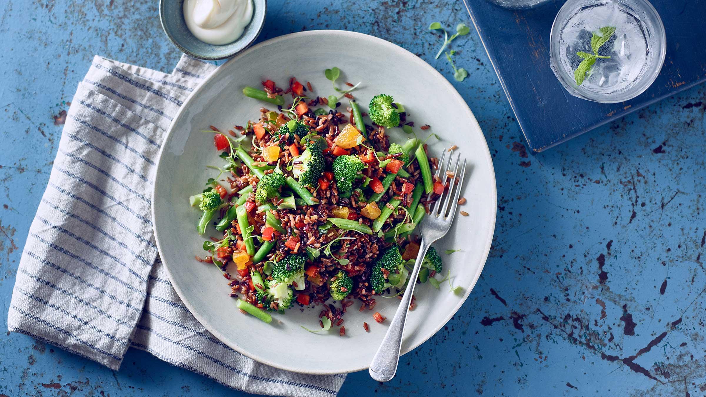 Salmón con arroz silvestre y vegetales
