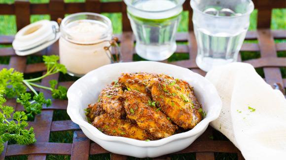Sarımsaklı Acılı Mayonez ile Mavi Haşhaşlı Tavuk Kanatları
