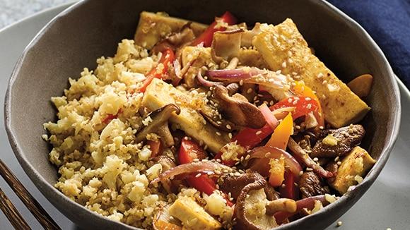 Riz de chou-fleur avec sauté de légumes au tofu