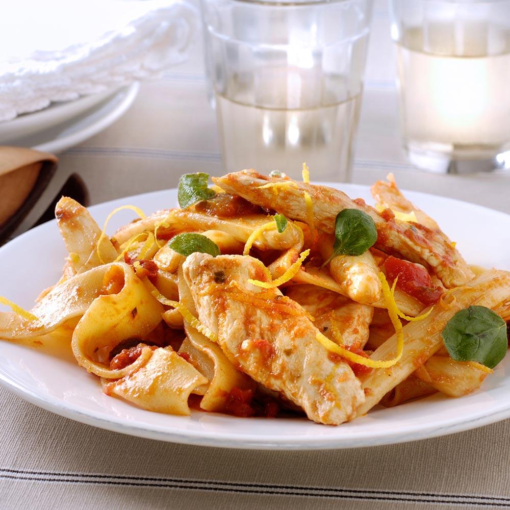 Lauwwarme salade van pappardelle met geroosterde groenten en gegrilde kip