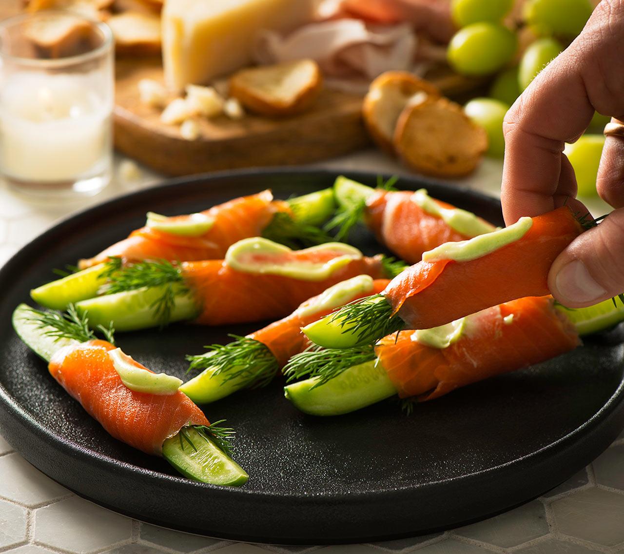 Bouch es de saumon avec wasabi limette et concombre for Hors d oeuvre avec saumon fume