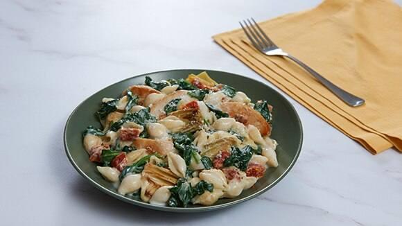 Espinacas, alcachofas, pollo y pasta
