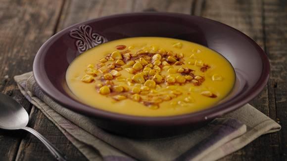 Sopa crema de zapallo, aceite de oliva pimentón y maíz crocante