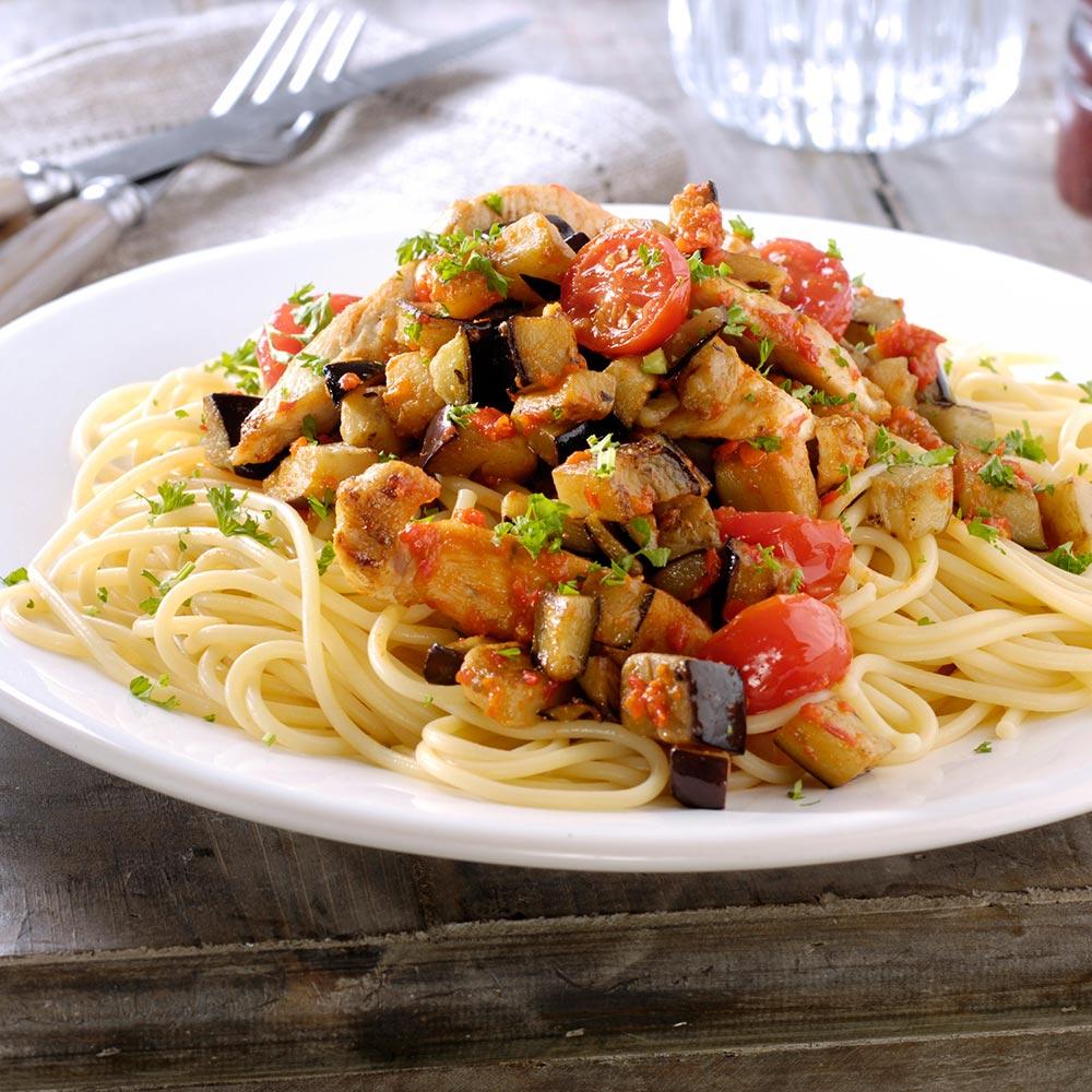 Pasta met pesto, kip, aubergine, kerstomaatjes en peterselie
