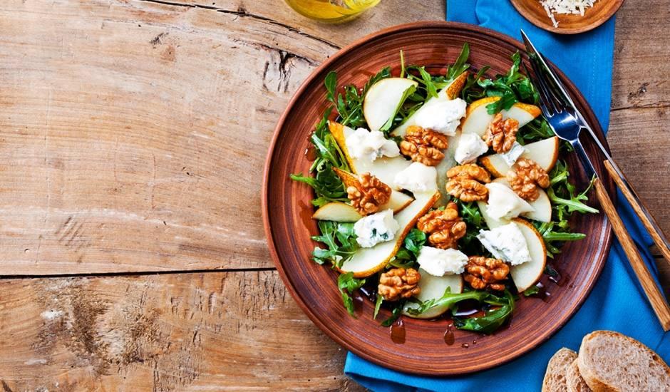 Salade met nectarine, peer, walnoten en blauwschimmelkaas
