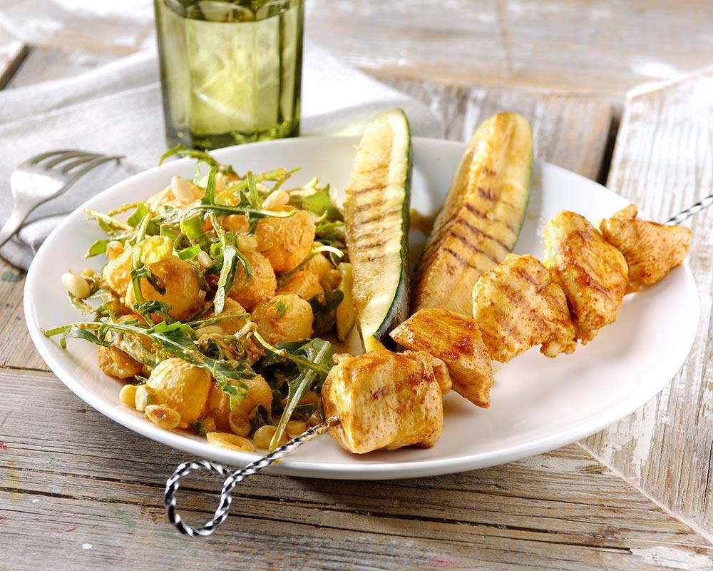 BBQ kipspiezen en courgette met pesto rosso aardappelsalade