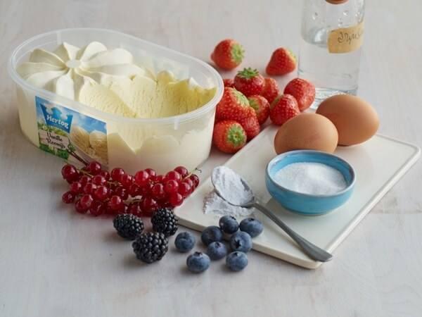 Hoe 'Pavlova met rood fruit en vanille ijs' bereiden.