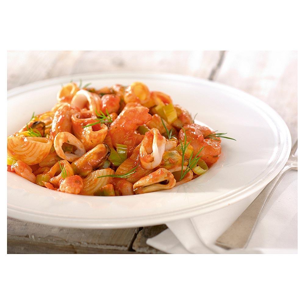 Grote macaroni met romige pastasaus, prei en zeevruchten