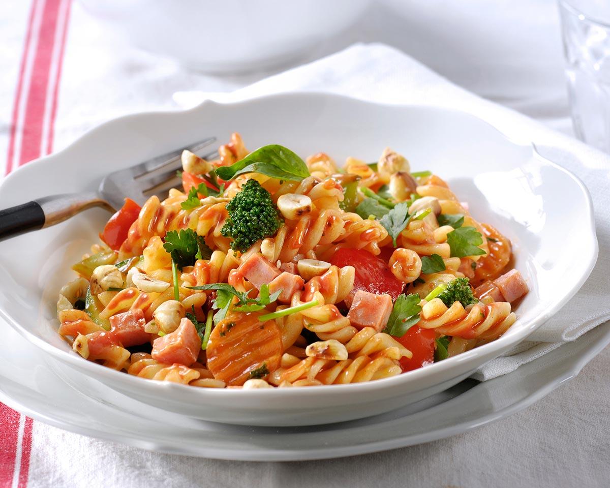 Koude pastasalade Calabrese met hazelnoten en verse kruiden
