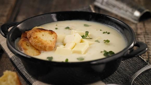 Sopa crema de pollo con queso fresco y chipas crocantes