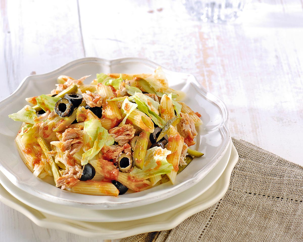 Pennesalade met tonijn, augurkjes en olijven