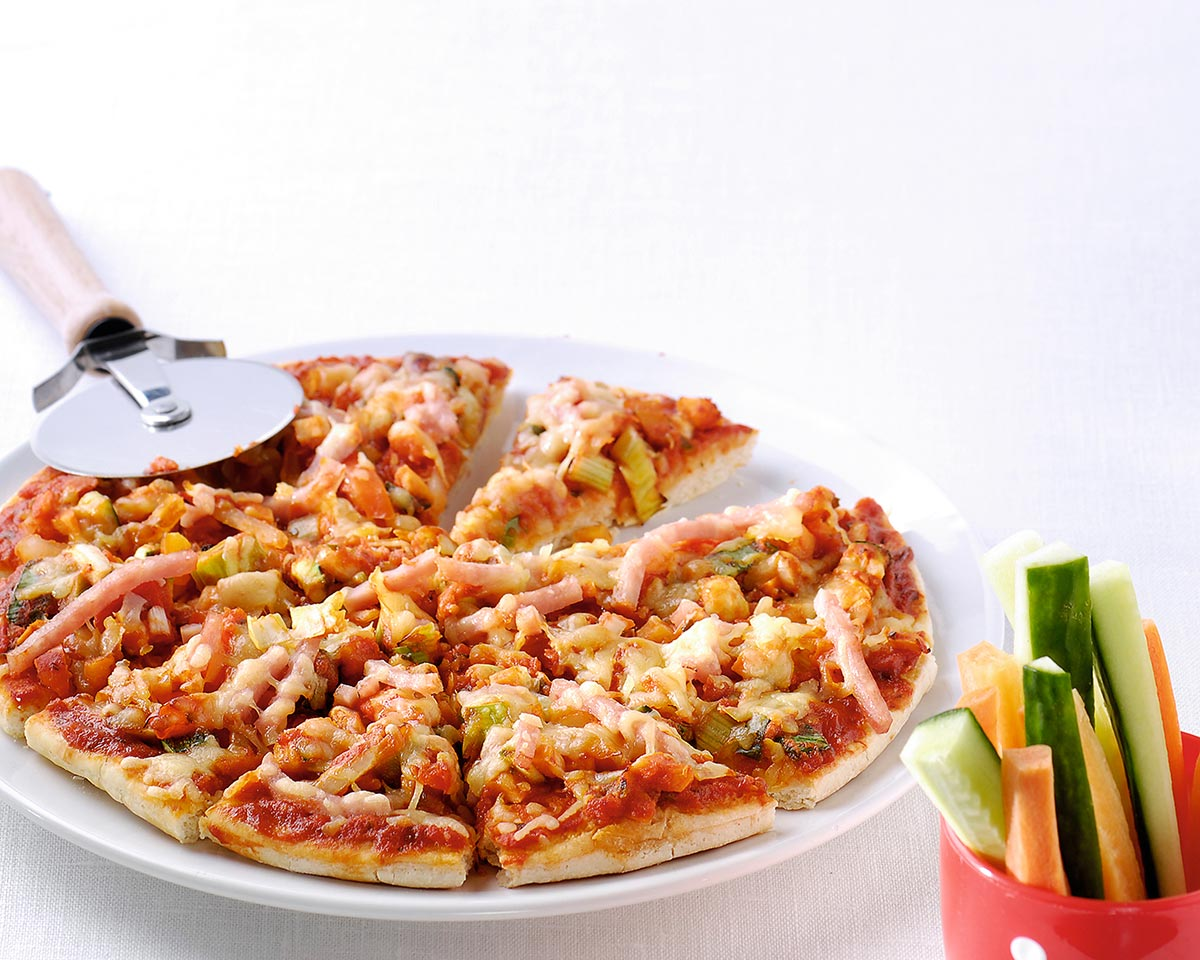 Pizza met ham en knabbelsalade