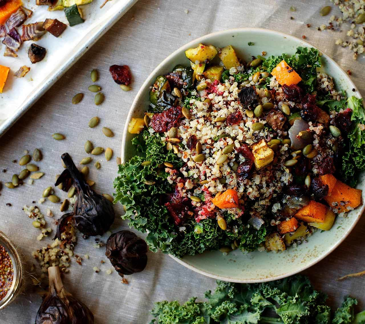 Salade-Repas aux Légumes Grillés et au Quinoa Parfumé à la Lime Kaffir, Vinaigrette à l'Ail Noir