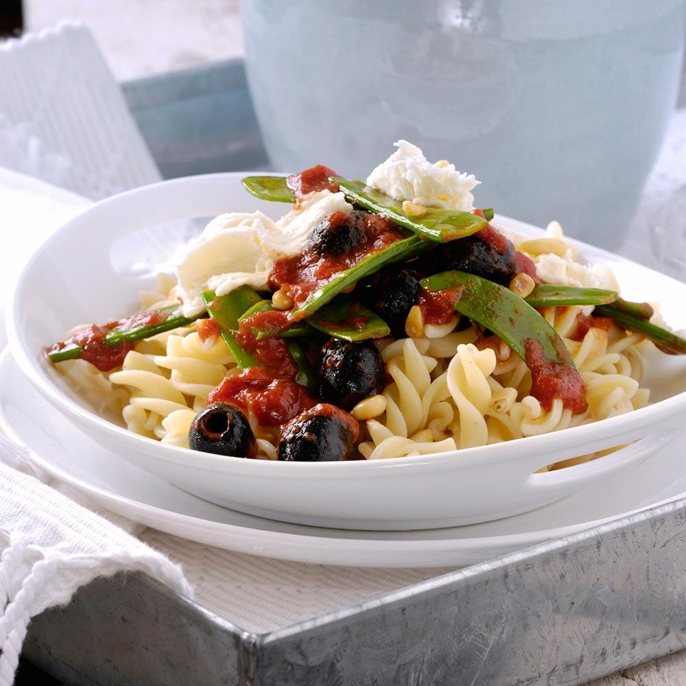 Fusilli met peultjes, pijnboompitten, olijven en mozzarella