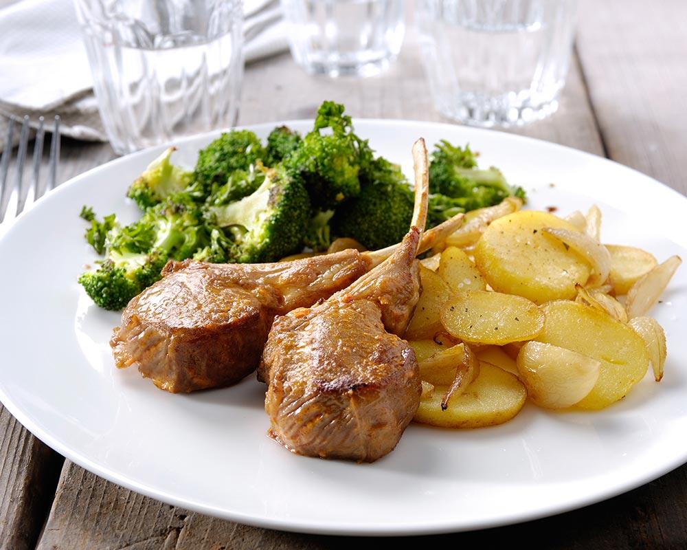 Koteletjes pesto rosso, knoflookaardappels en broccoli