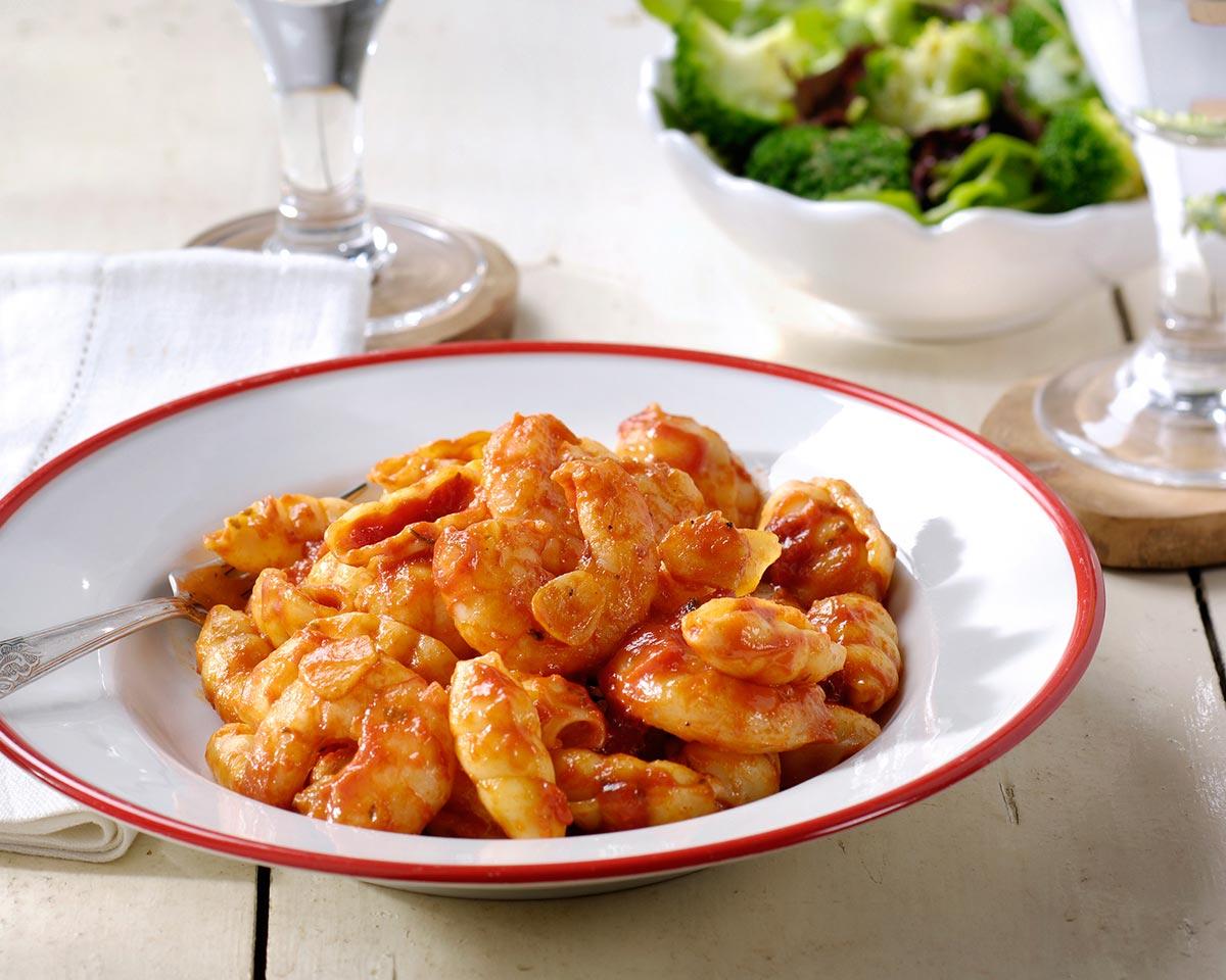 Grote garnalen met pasta, knoflook en broccoli-pestosalade