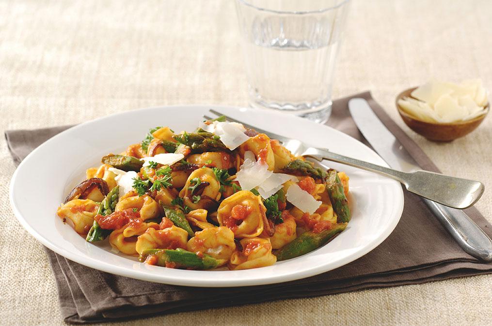Tortelloni met groene asperges, Parmezaanse kaas en basilicum