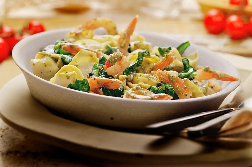 Tortellini met pestosaus, garnalen en spinazie