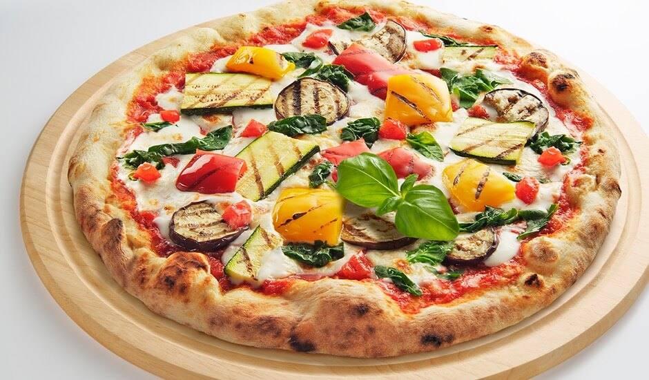 Turkse pizza met gegrilde groenten en tomaten-bonenspread