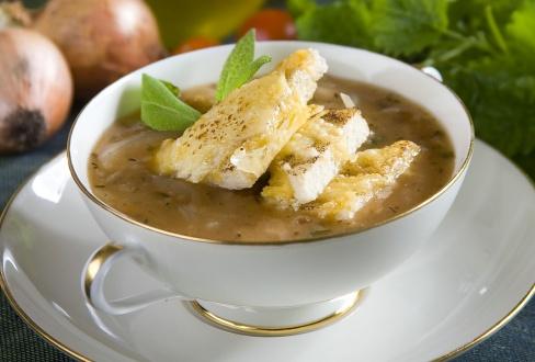 Knorr - Cremige Zwiebelsuppe mit Ziegenkäsecroutons