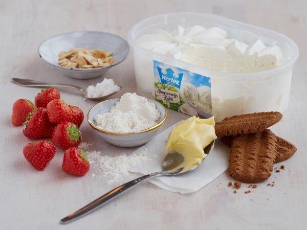 Hoe 'IJstaart met aardbeien en bastogne koek' bereiden.