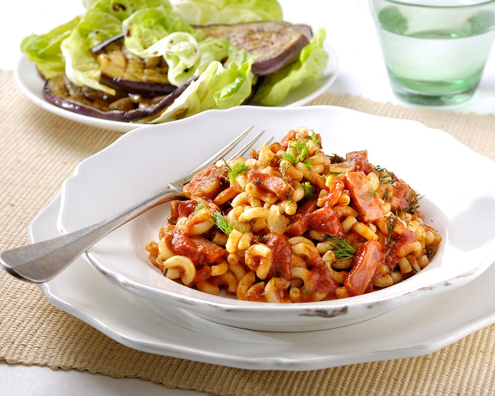 Pikante macaroni met ham, dille en gegrilde-auberginesalade
