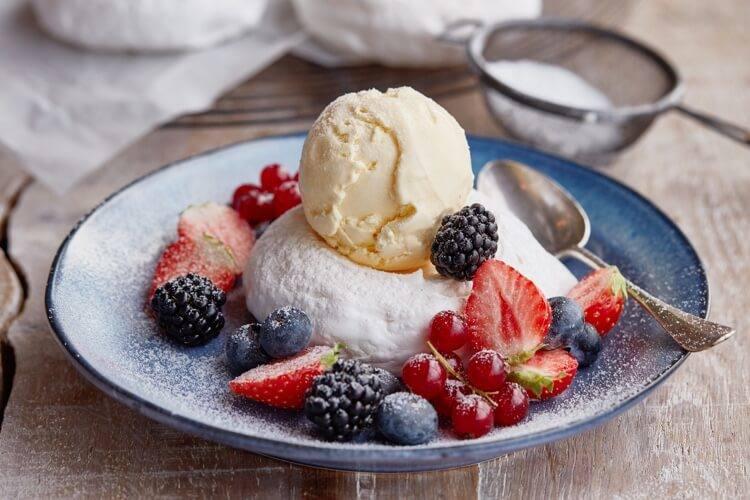 Receptafbeelding voor Pavlova met rood fruit en vanille ijs