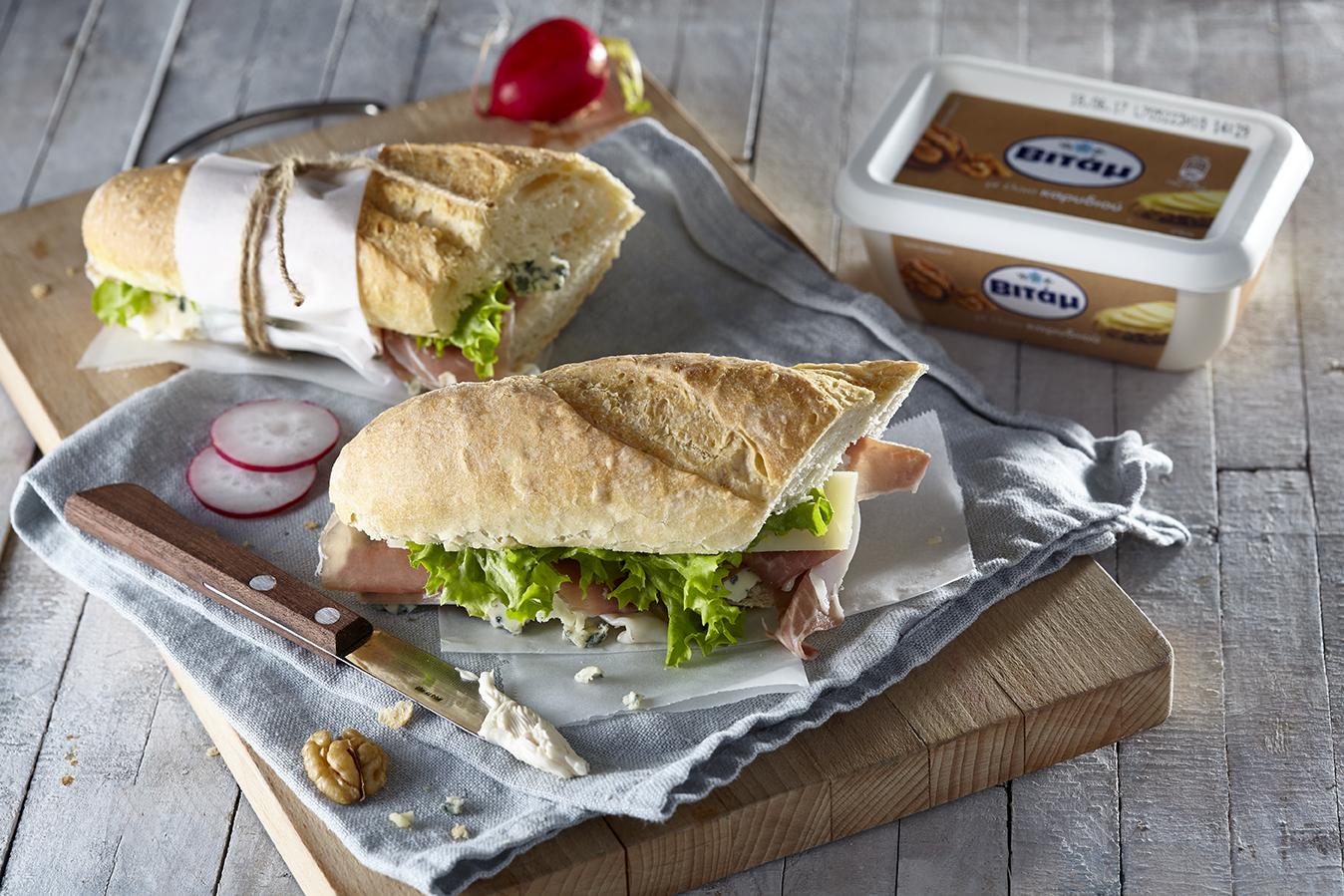 Σάντουιτς με προσούτο, μπλε τυρί και καρύδια