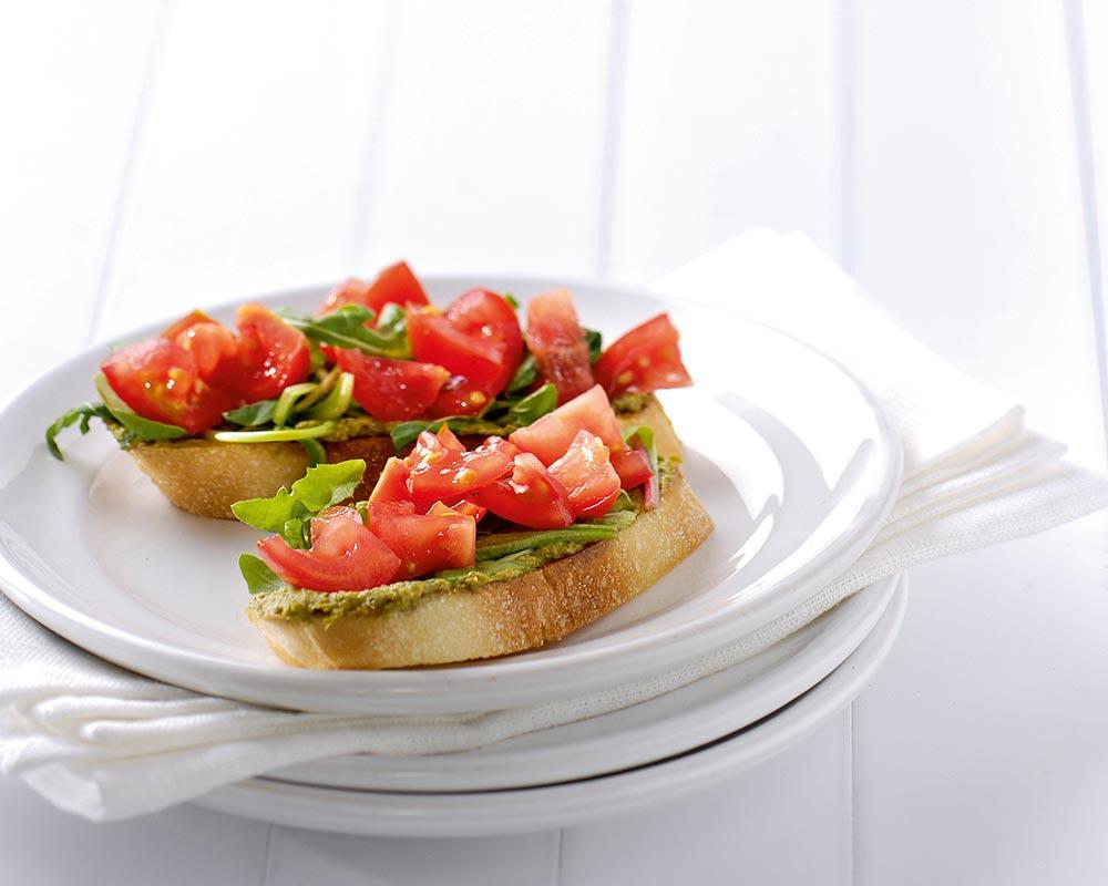 Getoaste ciabatta met pesto, tomaat en sla