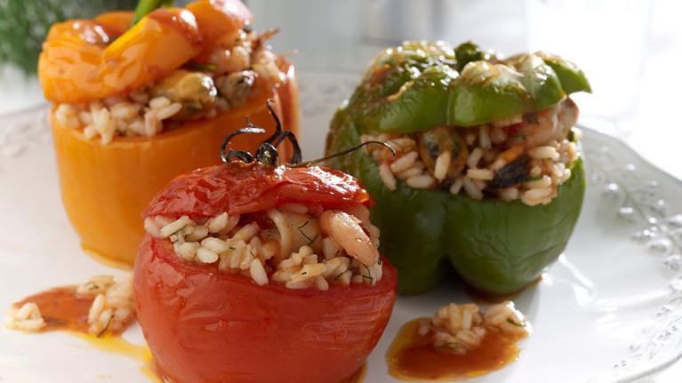 Τομάτες και Πιπεριές γεμιστές με ρύζι και θαλασσινά