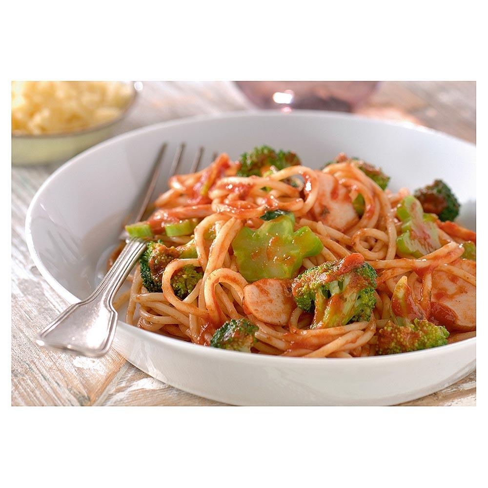 Spaghetti met milde tomatensaus, gerookte kip en broccoli