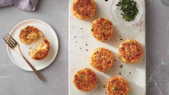 Pasteles de arroz con brócoli y queso cheddar