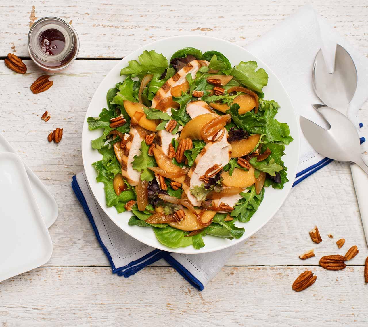 Salade de poulet grillé avec pommes caramélisées