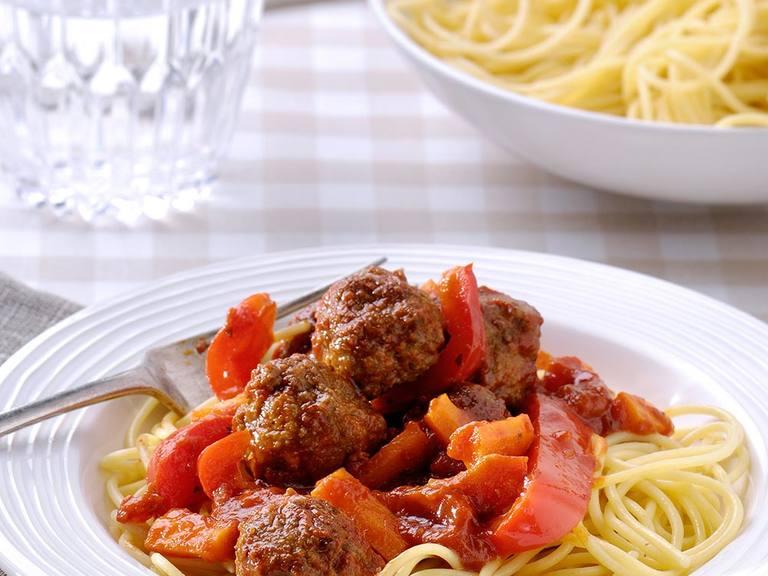 Pasta Napoli met gehaktballetjes, wortel en rode paprika