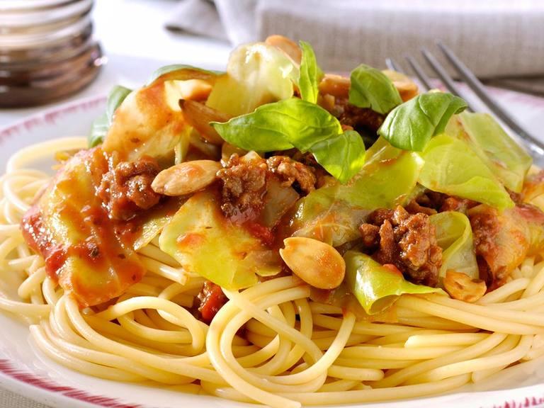 Toscaanse spaghetti met rundergehakt, zachte spitskool en basilicum