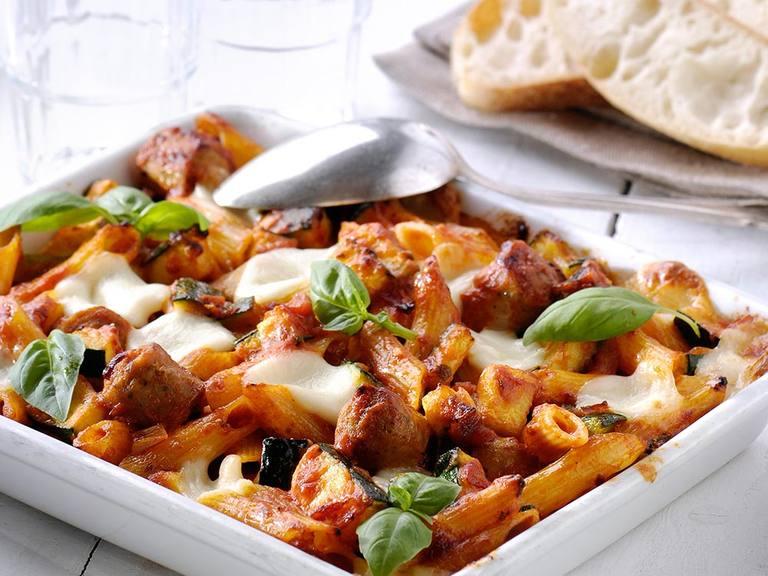 Pasta ovenschotel met courgette, worstjes en mozzarella