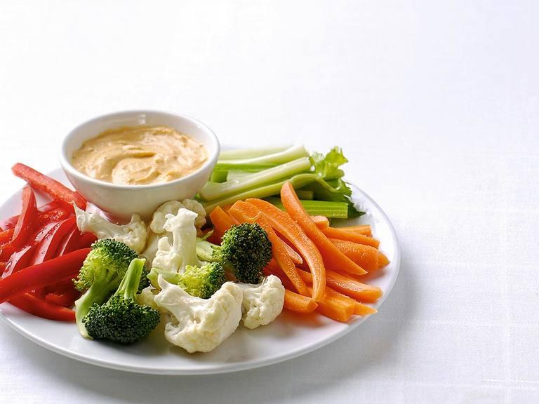 Knapperige groenten met pittige pestodip