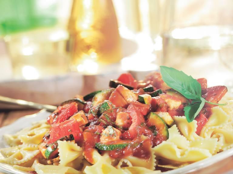 Farfalle met kip, courgette en gegrilde paprika in pittige tomatensaus