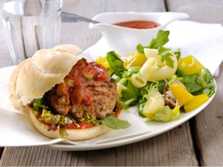 Italiaanse Hamburgers met tomaten-knoflooksaus en salade