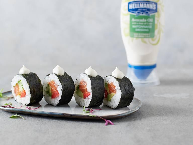 Rollos de sushi de salmón y aguacate