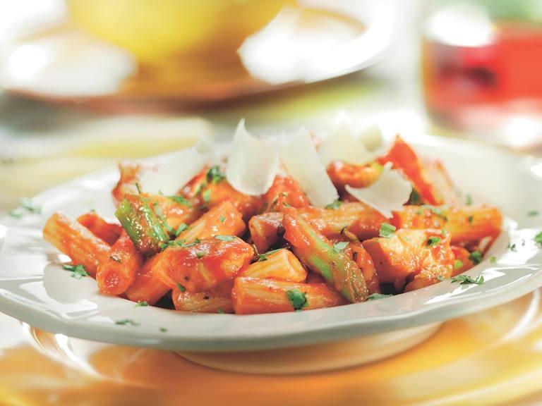 Rigatoni met pikante tomatensalsa, kip en limoen